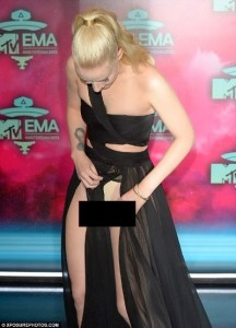 Wardrobe Malfunction! Australian Rapper Iggy Azalea's Clothes Came Lose At The EMAs