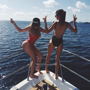 Photos : Khloe And Kendall Show Off Swimsuit Bods