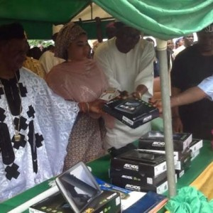 Photos Of Alaafin of Oyo And His Wives At An Event