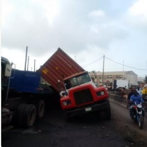 Photos : Trailer Tragedy Averted Along Apapa Road In Lagos