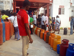 Photos: Abuja residents queue up to buy cooking gas