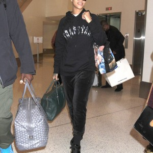 Makeup Free Rihanna Wows As She Jets Of To L.A [Photos]