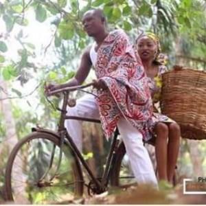 So Romantic: Couple Ride Bicycle in Their Pre-Wedding Photos